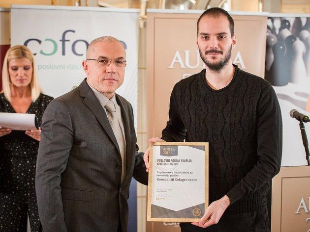 Zdravko Lončar, direktor eKapije, uručuje priznanje za plasman u finale predstavniku Solagra