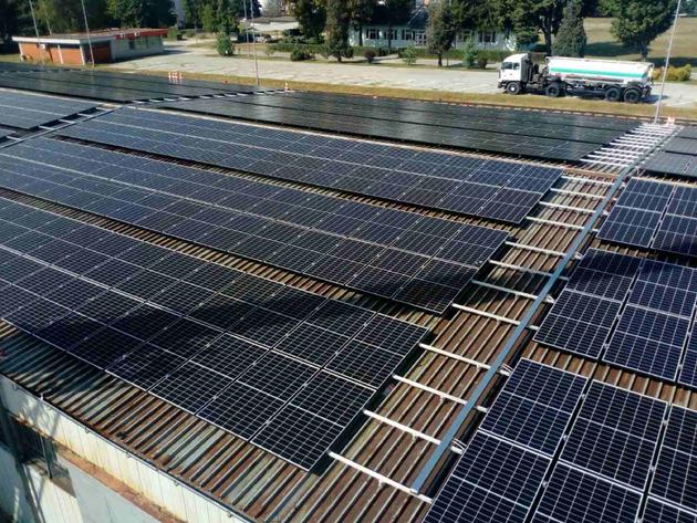 Počelo postavljanje panela buduće solarne elektrane rafinerije Brod - Do kraja godine stižu prvi kilovati struje