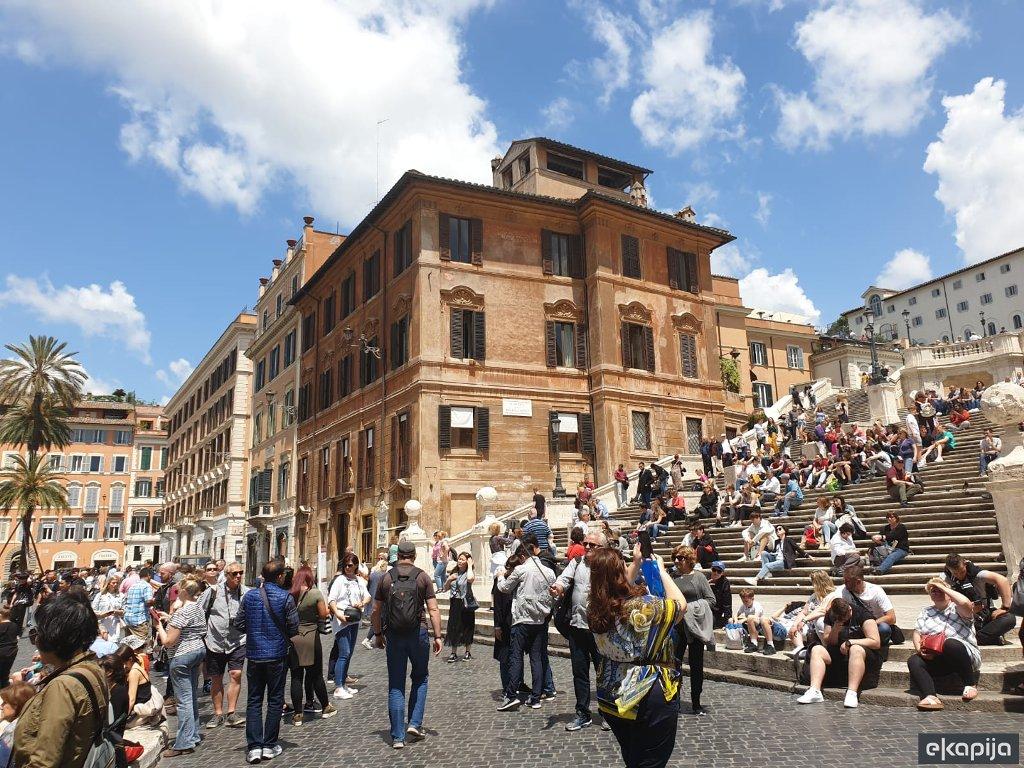 Zabranjeno sjedanje na španskim stepenicama u Rimu