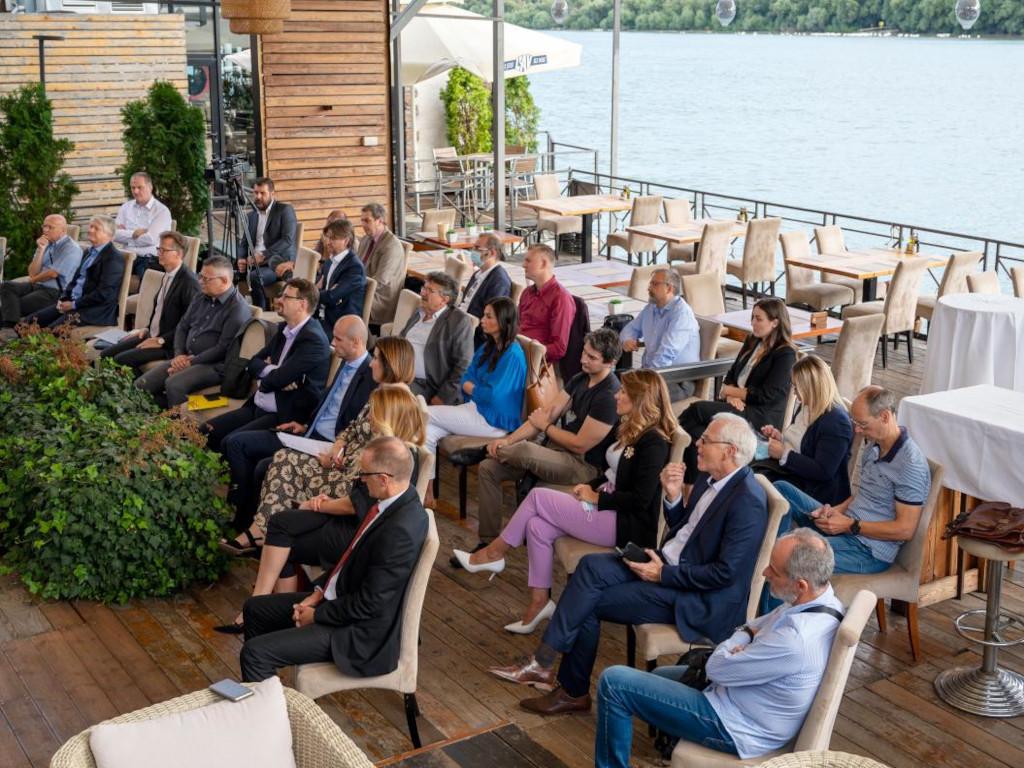 """Korona-kriza snažno udarila na male kompanije i na """"nesrećne"""" sektore - Diskusija u organizaciji Slovenačkog poslovnog kluba"""