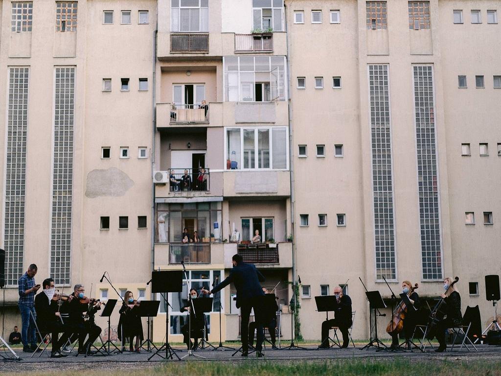 Bewohner der Podbara-Siedlung in Novi Sad genossen das Konzert der Oper des Serbischen Nationaltheaters aus ihren Häusern
