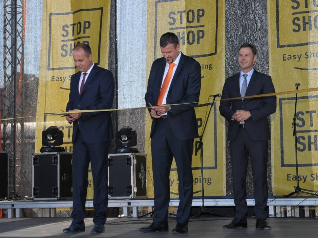 Bojan Sindjelic, president of the municipality of Lazarevac, Josko Pitesa, manager of operations of Immofinanz Serbia, and Sinisa Mali, mayor of Belgrade, at the opening of Stop Shop