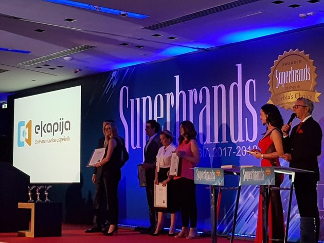Ivana Bezarević, izvršna urednica eKapije prima Superbrands nagradu