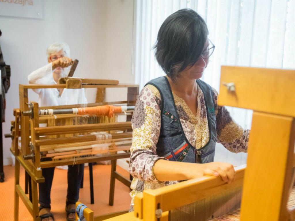 Iako tkanje nije profitabilno u Srbiji, Olja i Maja pokrenule su školu za sve koji vole ručne radove