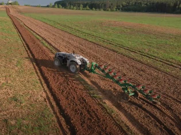 Bjeloruski Zavod Minsk predstavio svoj prvi traktor kojem ne treba vozač (VIDEO)