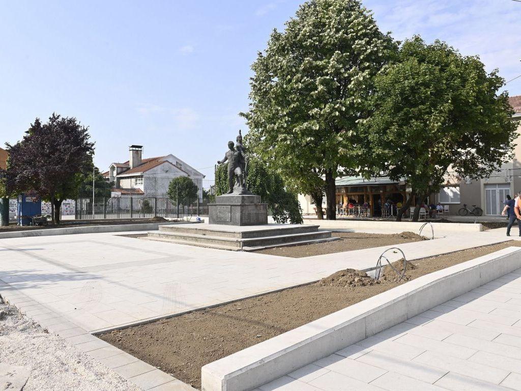 Pri kraju uređenje dva centralna trga u Surčinu - Uskoro tender za gradnju fiskulturne sale u Dobanovcima