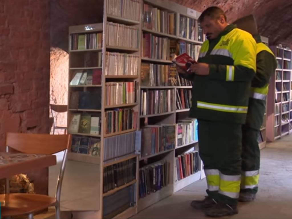 Turski komunalci od bačenih knjiga napravili knjižaru