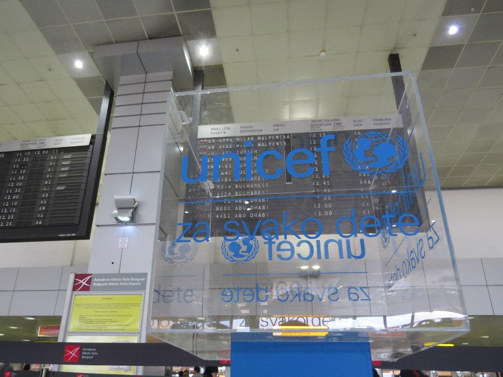 Reisende am Flughafen Belgrad haben die Möglichkeit, UNICEF mit Spenden zu unterstützen