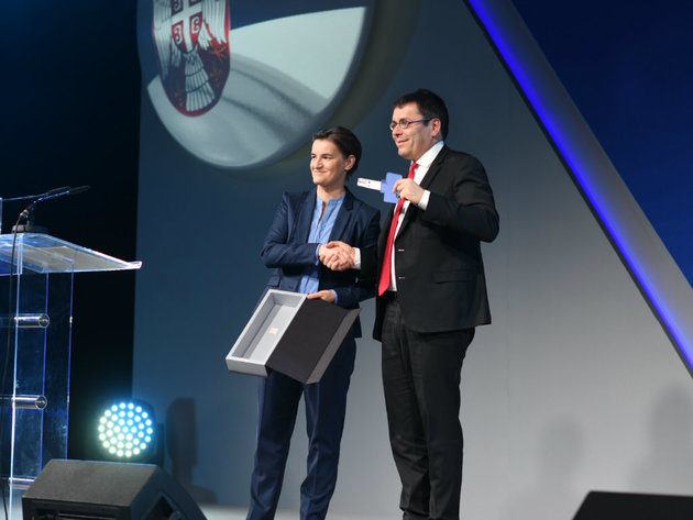 Predsjednica Vlade Srbije Ana Brnabić i predsjednik kompanije Vinci Airports Nikola Notbar