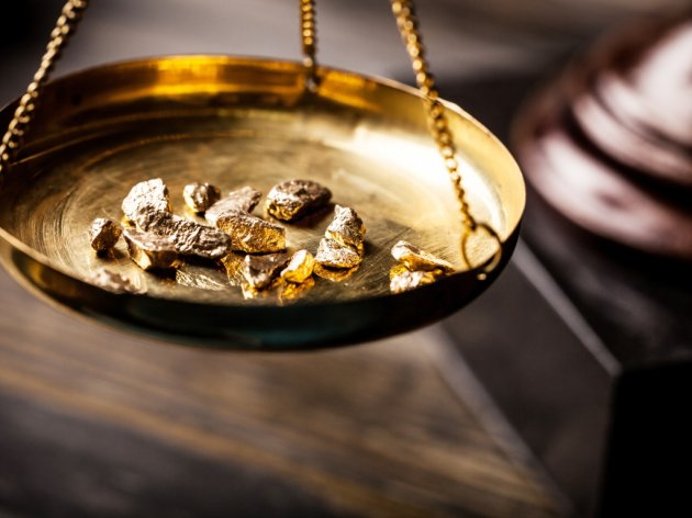 Slabiji dolar pogurao cenu zlata na sedmonedeljni maksimum