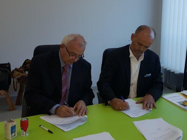 Zoran Milosavljevic und Vojislav Sparavalo bei der Unterzeichnung des Vertrags